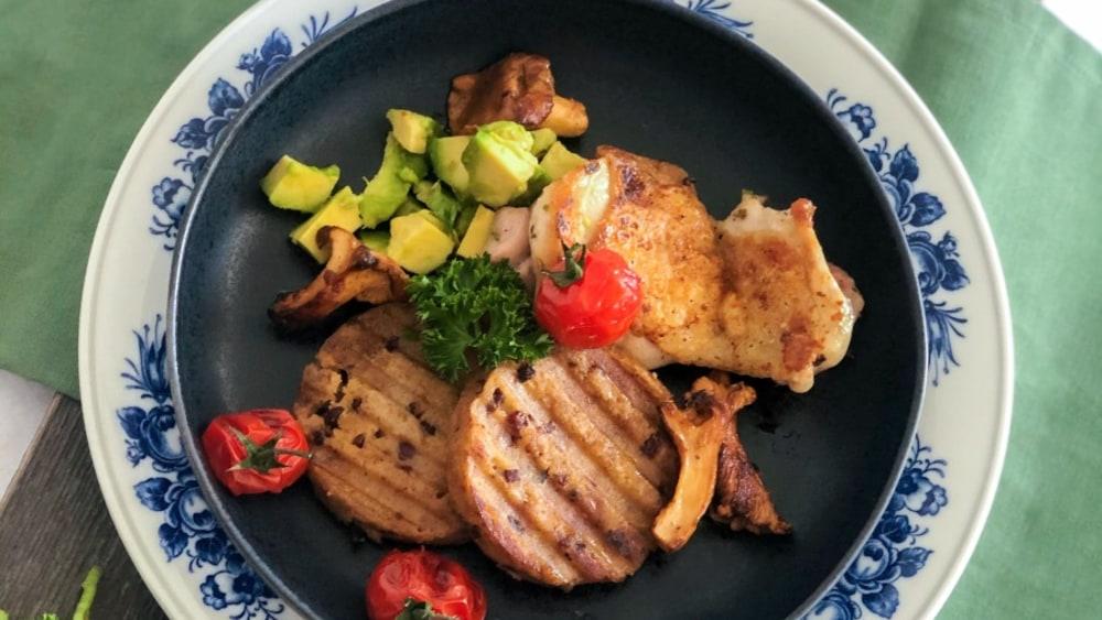 Image ofKnödel- Grillteller mit Avocado, Pfifferlingen und Tomaten