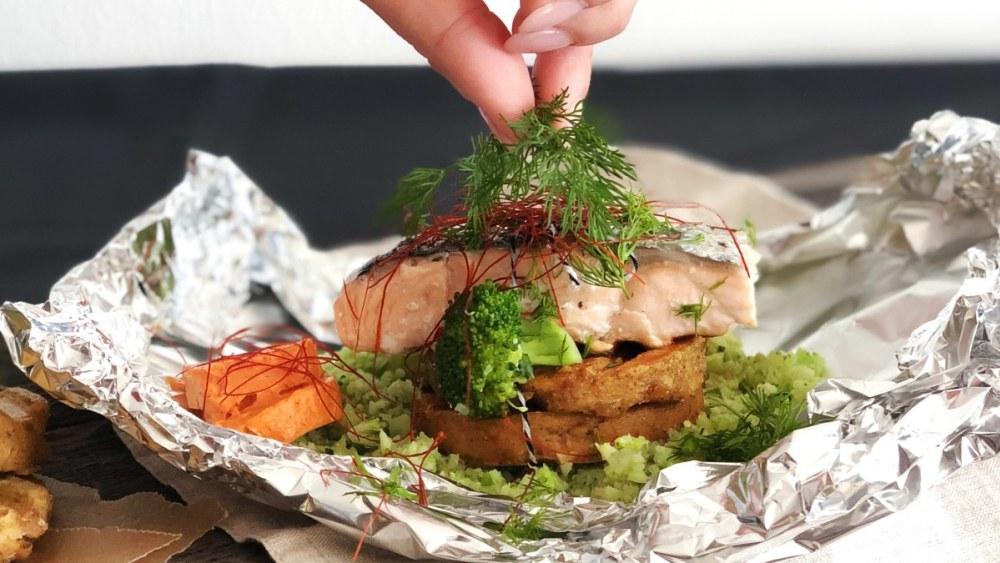 Image of Knödel Pur mit Lachs, Brokkolireis und Tomaten-Chili-Butter