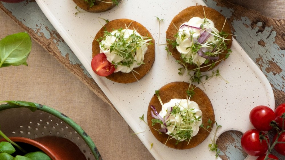 Image ofKnödlige Kresse-Canapés mit Tomaten und Zwiebel