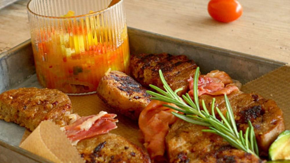 Image ofKnödel-Pancetta-Spieße mit Tomaten-Mango Salsa