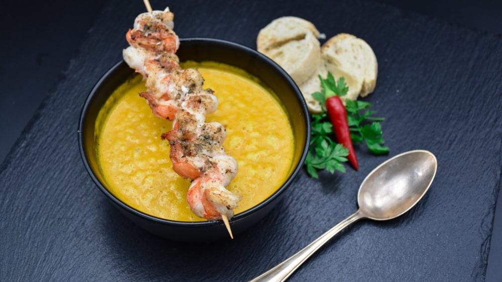 Image ofKürbis-Kokos-Suppe mit Ingwer und Garnelenspieß