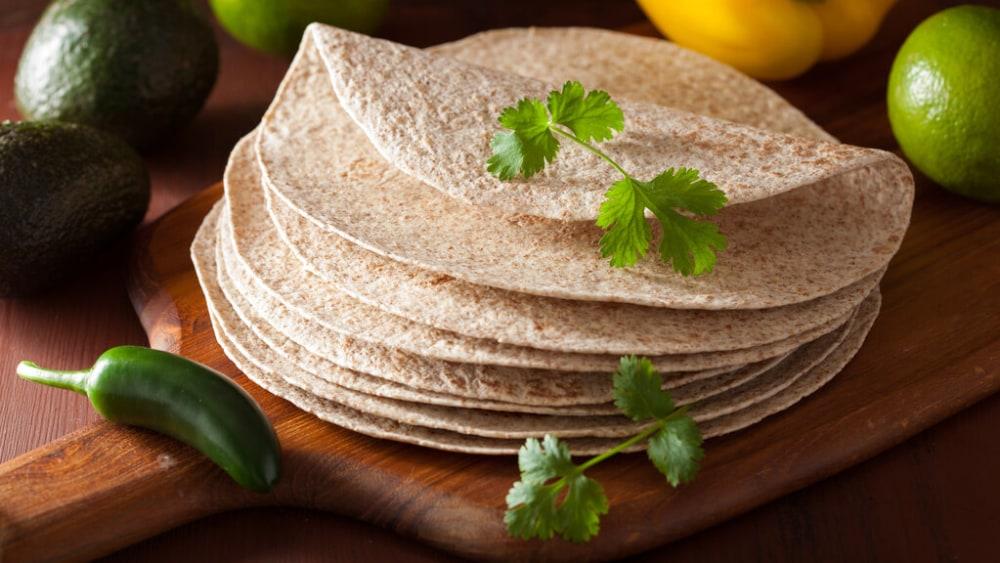 Image de la tortilla de blé entier: une recette maison saine!