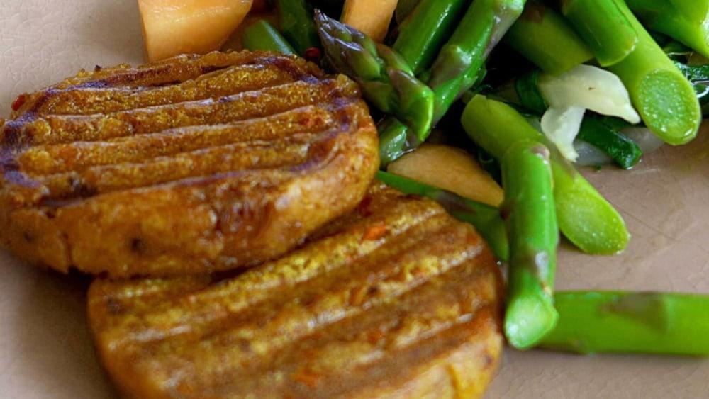"Image of Spargelsalat mit gegrilltem ""Karotten Curry Knödel"""