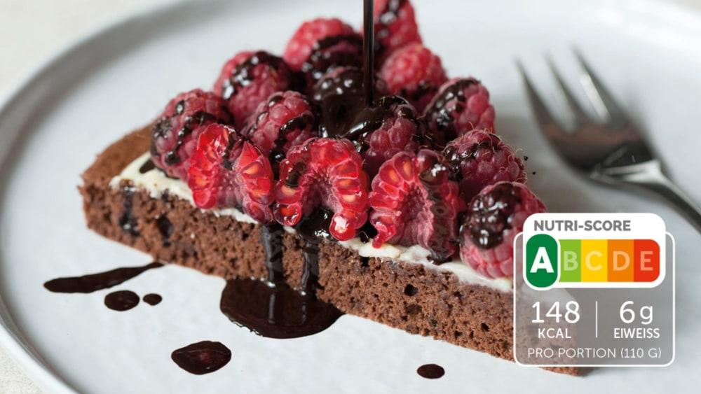 Image of Eiweiß-Kuchen mit Schokolade und Himbeeren