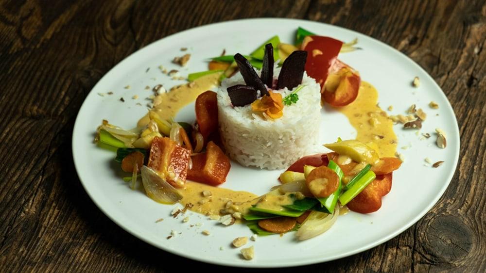 Image of Buntes Gemüse mit Erdnusssoße und Reis