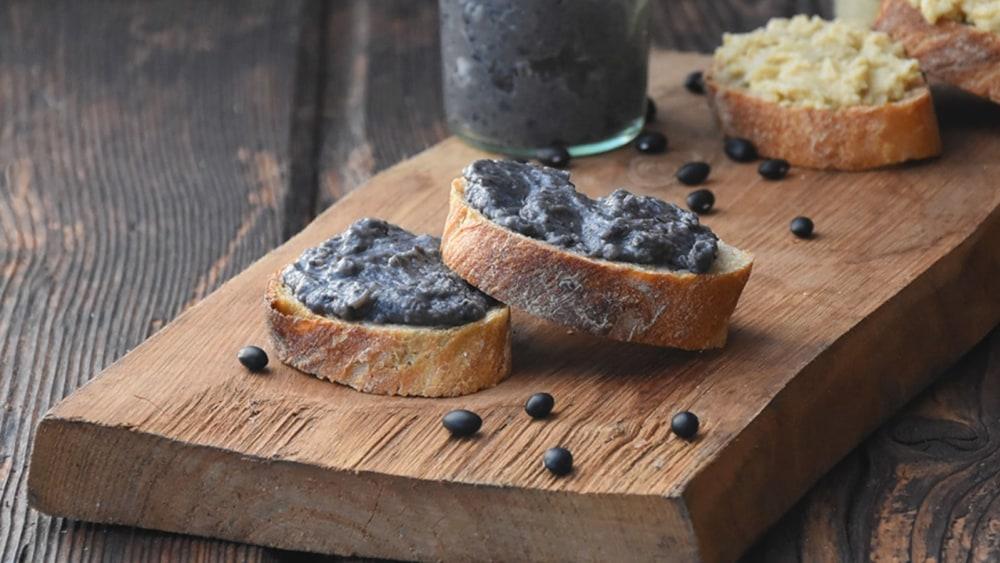 Image of Brotaufstrich aus schwarzen Bohnen