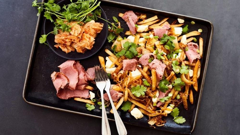 Image ofPoutine aux oignons caramélisés, kimchi et smoked meat