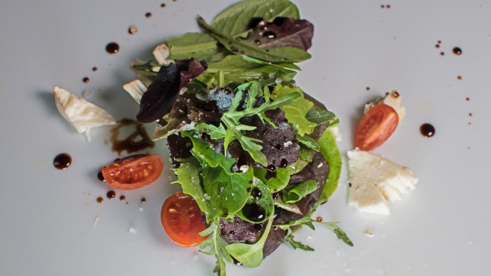 Image of Mixed salad with White Truffle olive oil in spray and White Truffle Balsamic Vinegar