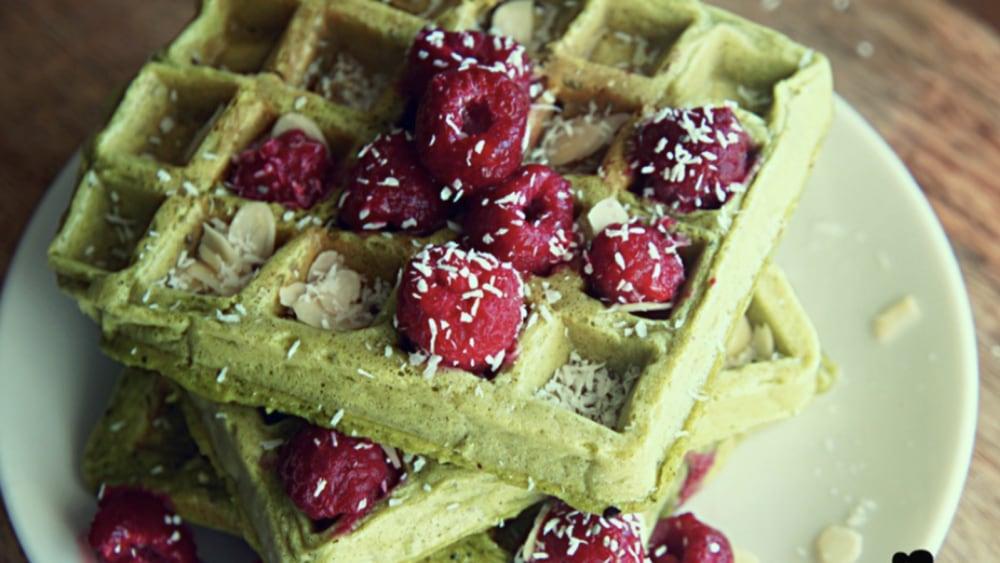 Image of Waffeln Rezept mit Matcha, Früchten und Beeren