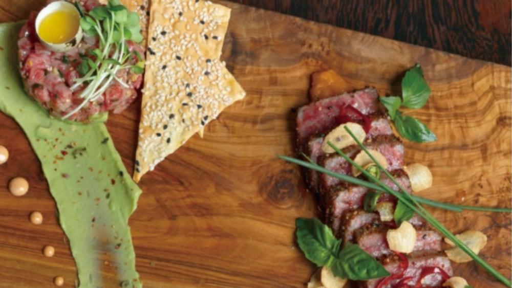 Image of WAGYU auf 2 Arten: TARTAR mit Avocado Mousse & gegrilltes TATAKI mit Wallnusssplittern & Knoblauch