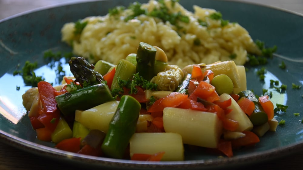 Image of Karamelisierter Spargel in einem bunten Gemüsemix