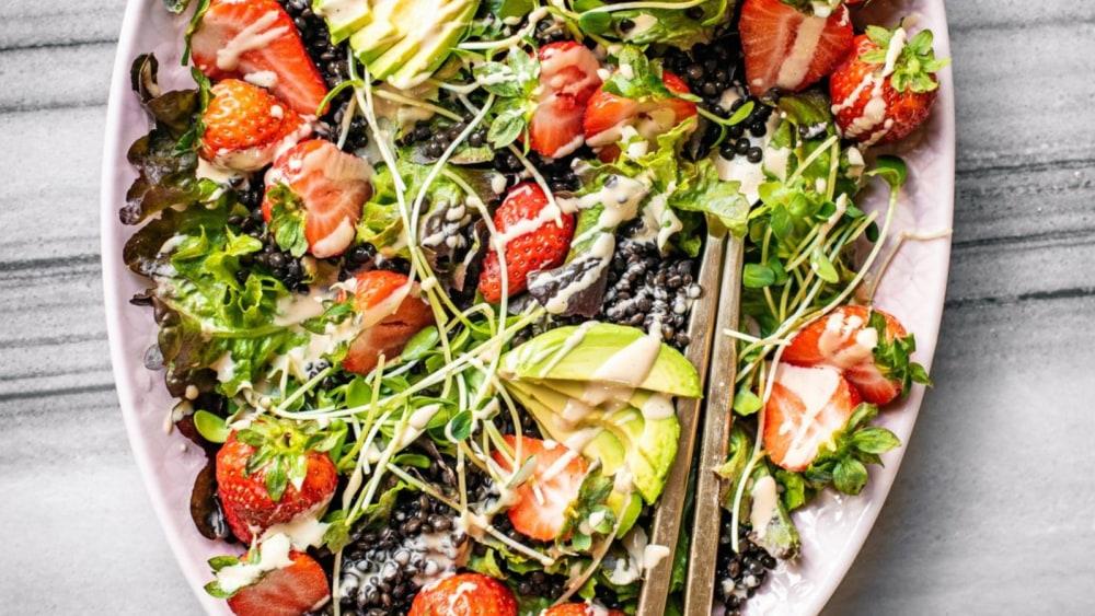 Image of Sommerlicher Linsensalat mit Erdbeeren und Cashewmus