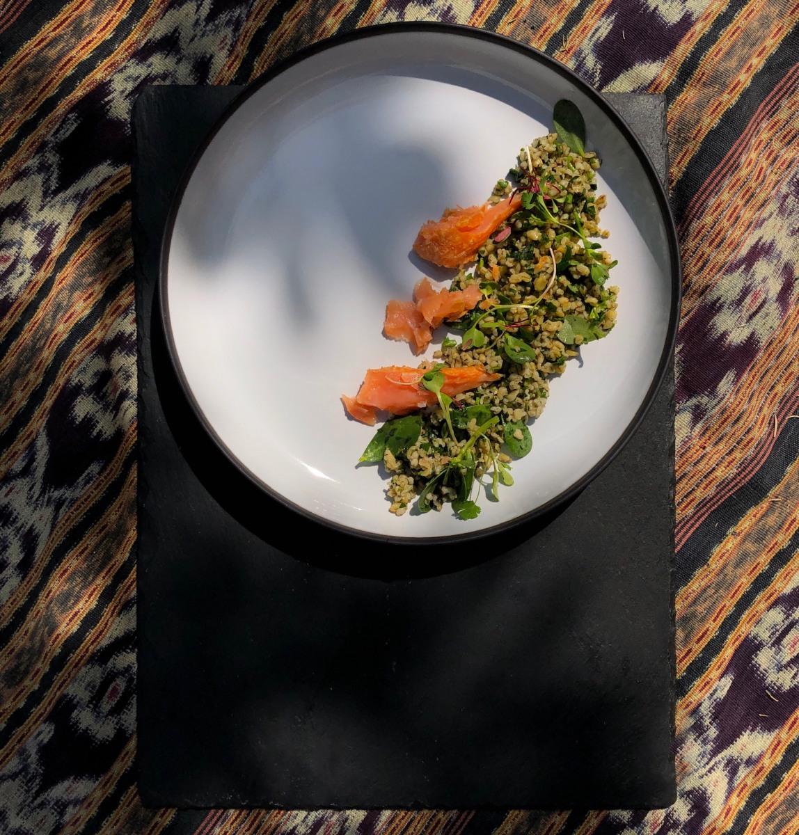 Image ofEnsalada tibia de freekeh con hierbas, chícharos y salmon ahumado