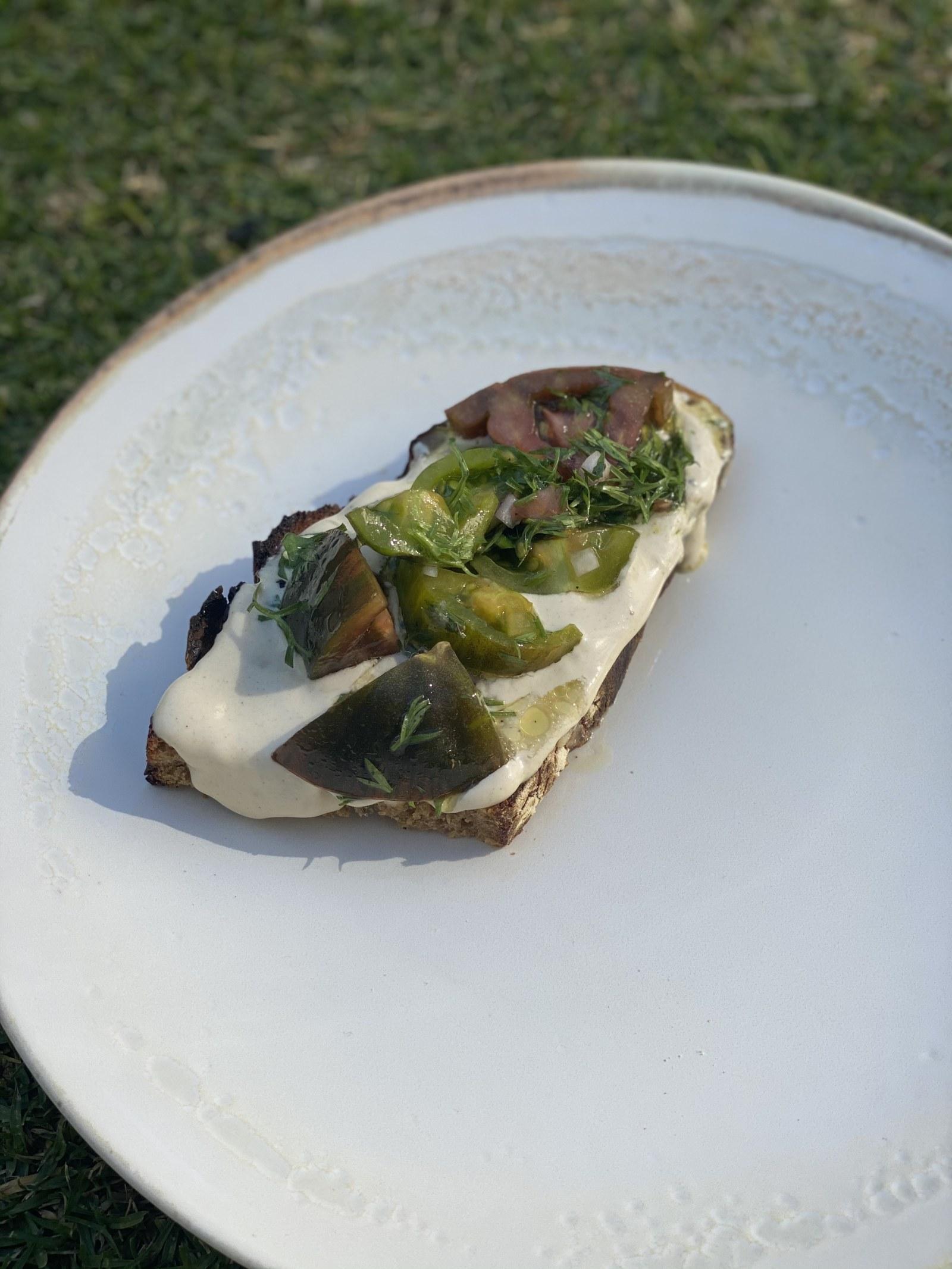 Image ofTahini toast con jitomates heirloom