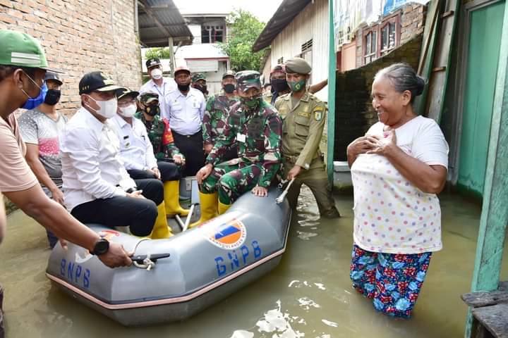 Gubernur Sumatera Utara Edy Rahmayadi saat Kunjungi Bencana Banjir di Sergei