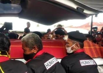 Peti Mati Jenazah Asner Silalahi saat Dimasukkan ke Mobil Ambulance..