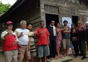 Pengurua KRNS dan Rumah Zakat Siantar-Simalungun saat Menyerahkan Bantuan kepada Jebue Saragih
