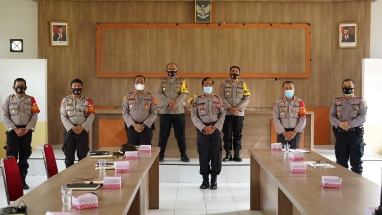 Kapolres Simalungun AKBP Agus Waluyo,SIK Ketika berada di Mapolsek Parapat, Kecamatan Girsang Sipangan Bolon, Kabupaten Simalungun