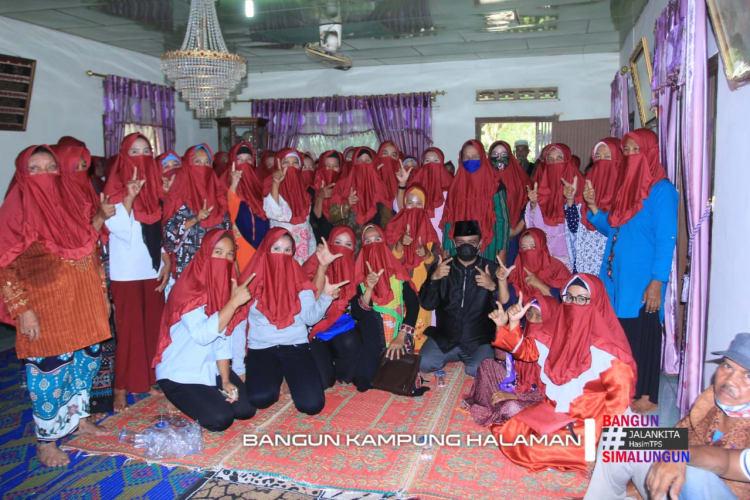 H Muhajidin Nur Hasim  Bersama Perwiritan di Huta 4 Nagori Negeri Bayu, Kecamatan Gunung Malela