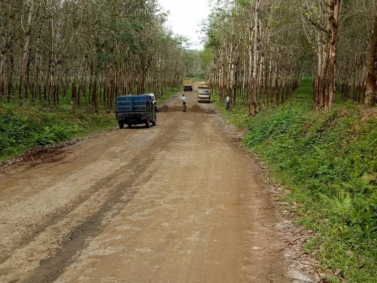Warga Bandar Jambu Demo, Jalan Mereka Rusak Dilalui Truk Proyek Jalan Tol Medan-Siantar.
