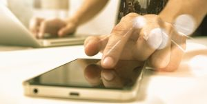 in Gelb gehaltene grobe Darstellung eines Mannes mit PC und Smartphone als Symbol des Depotcity Blogs