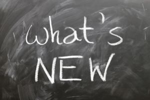 """Tafel mit """"Whats new"""" mit weißer Kreide geschrieben als Darstellung der Neuigkeiten von DepotCity"""