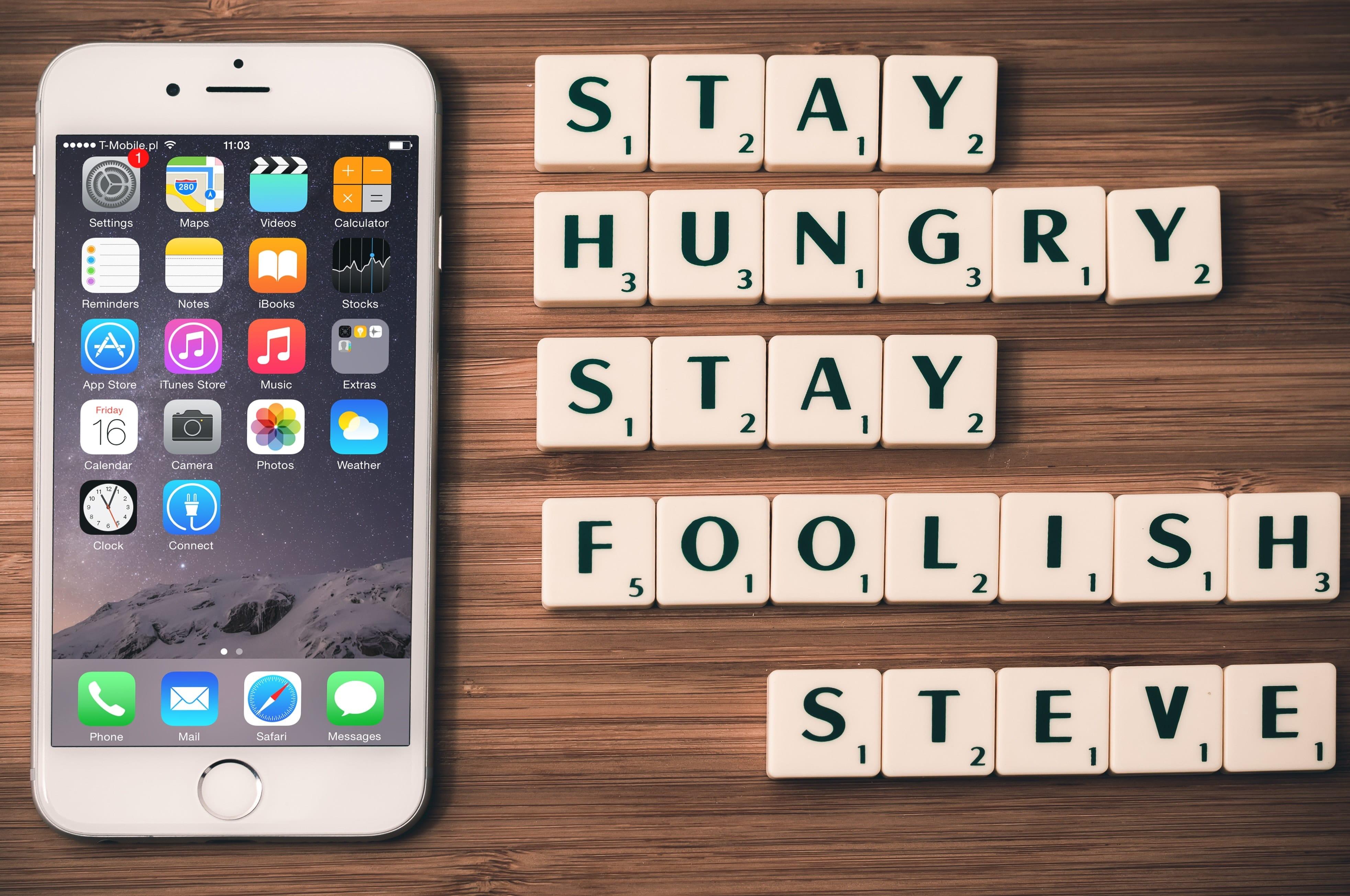 iPhone mit Apps und Zitat von Steve Jobs als Darstellung für Crowdfunding Logistik