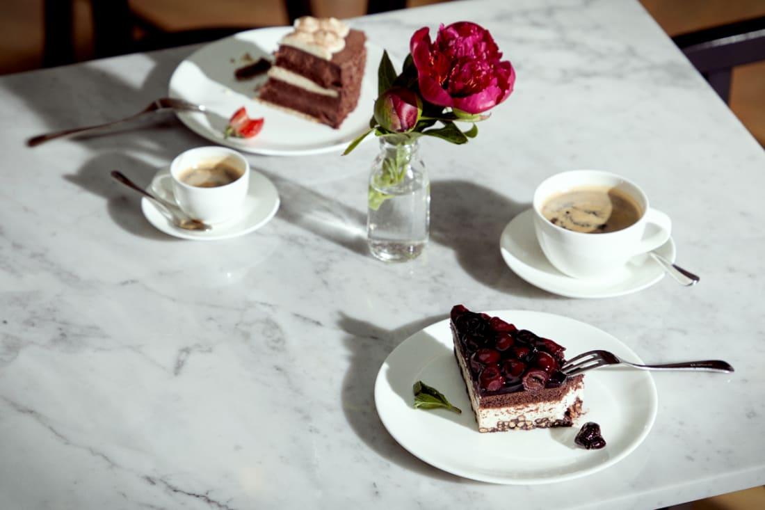 Gedeckter Tisch mit Kuchen in der Luxus Tertianum Premium Seniorenresidenz München