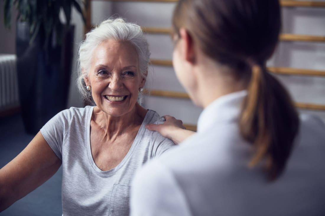 Eine ältere Dame mit einer Pflegerin in der Luxus Tertianum Premium Seniorenresidenz München