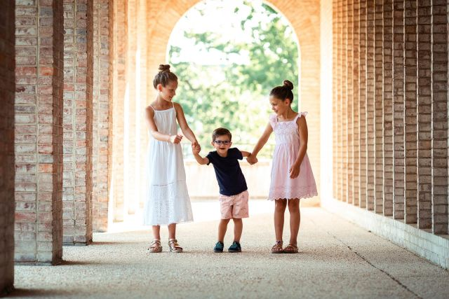 candid photographs of 3 siblings posing ideas