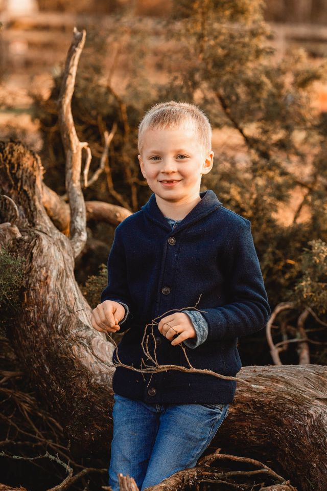 raleigh family photographer photo shoot at sugg farm park