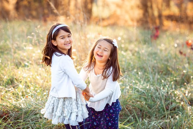 outdoor portrait session with 2 sisters