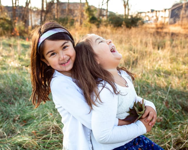 lifestyle kids photography outdoor photo session with 2 sisters