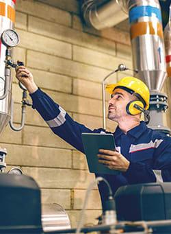 Photo d'un technicien qui travaille avec son logiciel d'intervention
