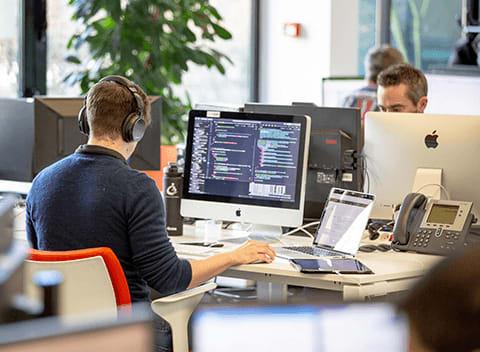 développeur bureau ordinateur casque