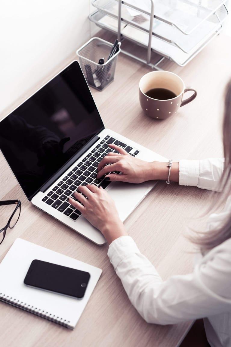 Employée de bureau et Macbook pro