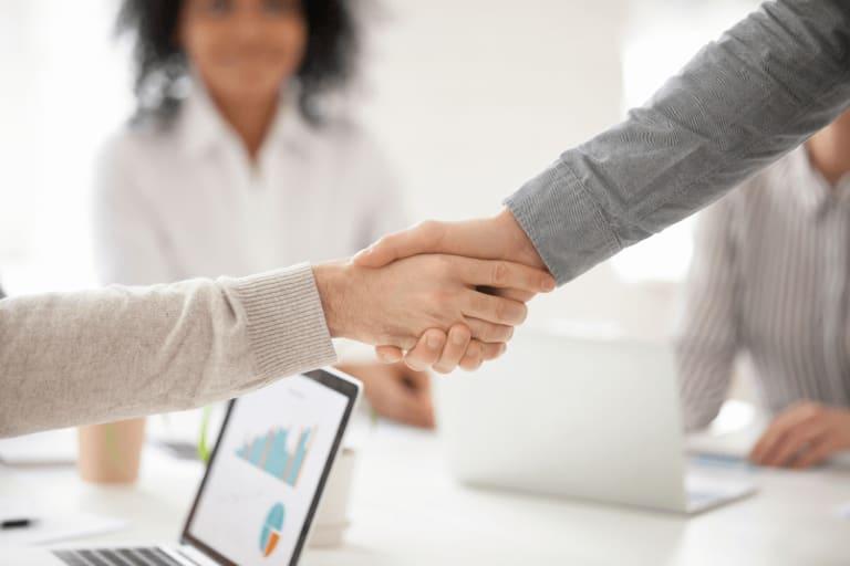 partenaire client deal mains