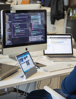 bureau avec une tablette, un ordinateur portable, un écran et un clavier