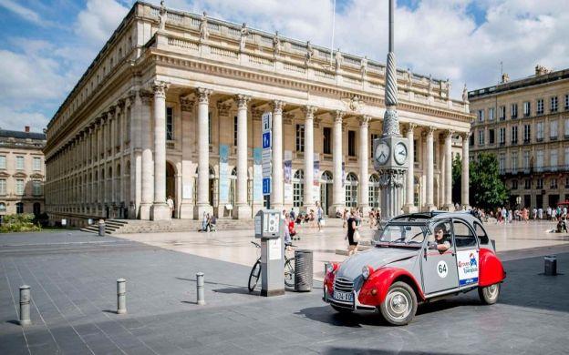 Private Bordeaux Highlights Tour in a 2CV Citroen Vintage Car - 45 Minutes