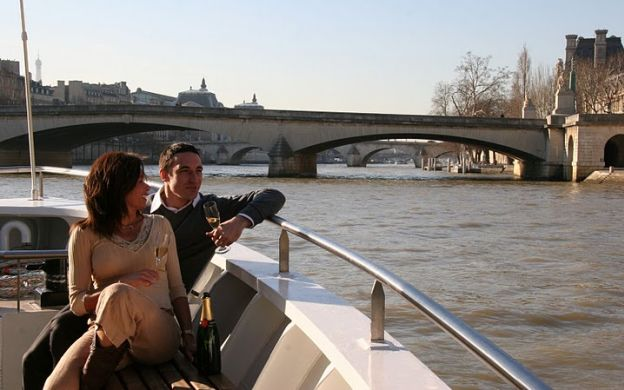 Early Evening Dinner Cruise on Seine River With a Glass Of Wine