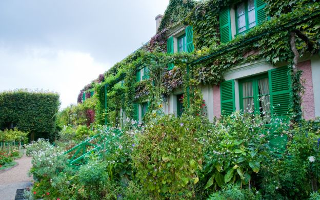 Versailles Palace and Giverny: Skip-the-Line, Guided Tour, Lunch – from Paris