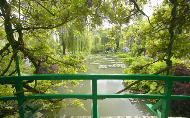 Versailles Palace and Giverny: VIP Tour, Hotel Transfers, Lunch – from Paris