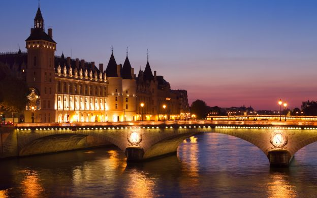 Paris Illuminations Tour and Seine River Cruise with Hotel Transfers – Small Group Tour