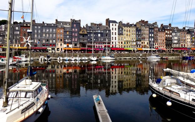 4-Day Normandy, Mont Saint Michel and Loire Valley Tour with Meals, from Paris