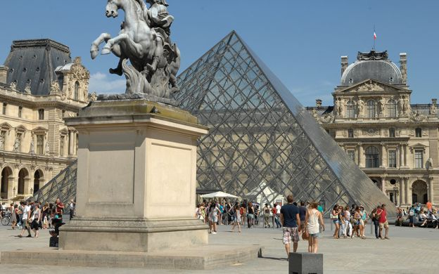 Paris Tour by River Shuttle: Ile de la Cite, Skip the Line Louvre Tickets and Lunch at the Eiffel Tower