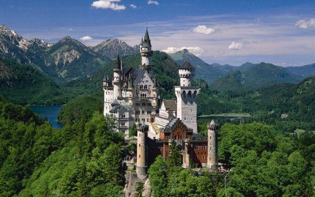 Neuschwanstein & Linderhof Castles and Oberammergau – Tour from Munich