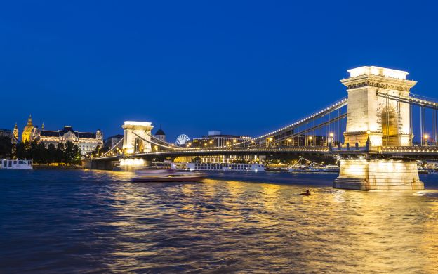Night Walking Tour of Budapest and Danube Cruise