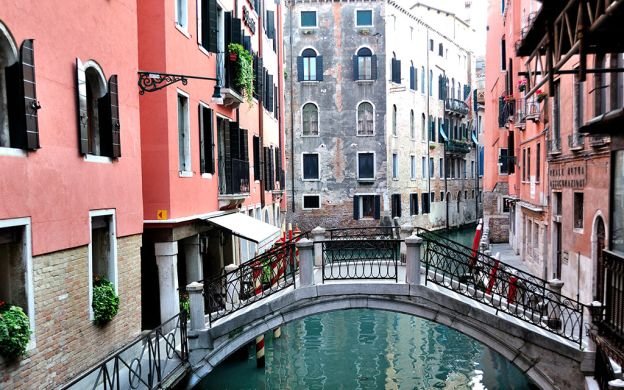 Hidden Venice Walking Tour with Gondola Ride and Doge's Palace Guided Visit