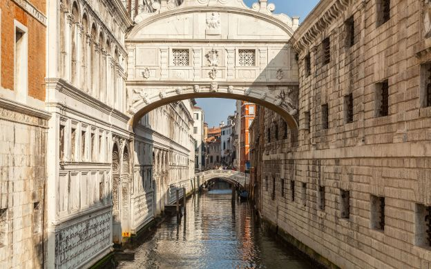 Hidden Venice Walking Tour with Gondola Ride, Cicchetti and Wine