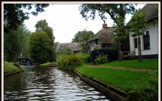 Giethoorn Sightseeing Tour with Boat Ride From Amsterdam and FREE CANAL CRUISE - SPECIAL OFFER